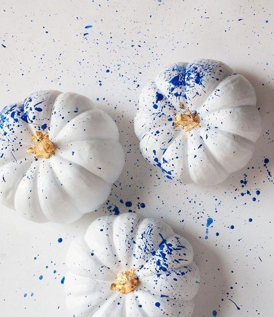 40 Creative Pumpkin Painting Ideas for a No-Mess Halloween #pumpkinpaintingideascreative Use the splatter paint technique to make a set of standout no-carve pumpkins. #pumpkinpaintingideas
