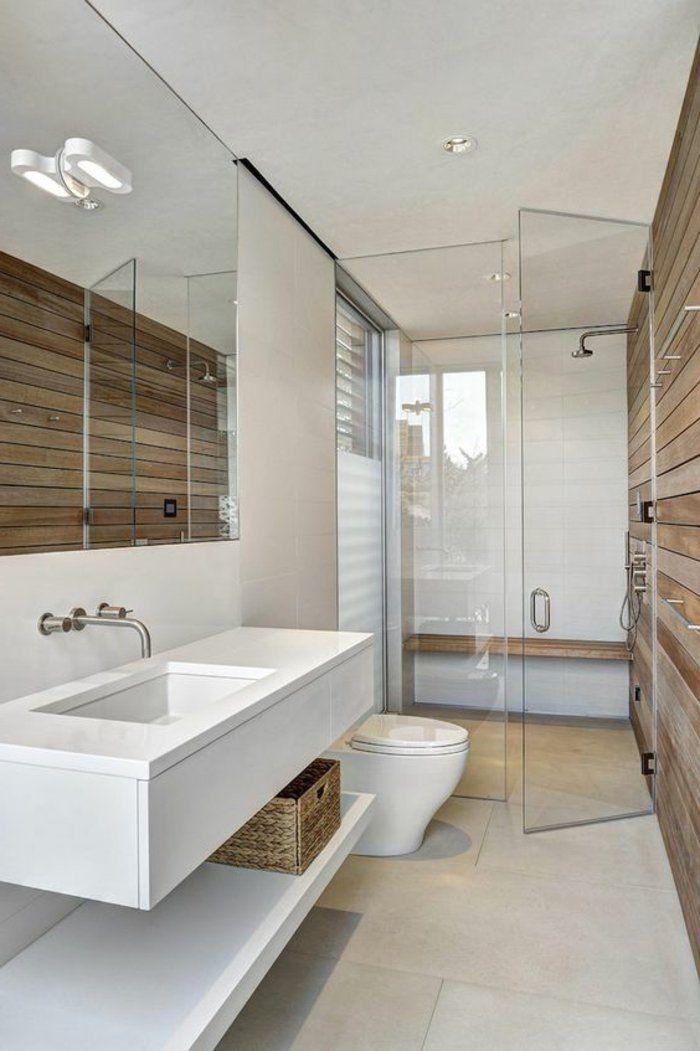 salle de bain en blanc et bois, revêtement mural de bois et cloisons