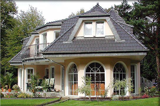 ein winkel haus als walmdach haus in bayerischen landhaus stil mit holz wintergarten und. Black Bedroom Furniture Sets. Home Design Ideas