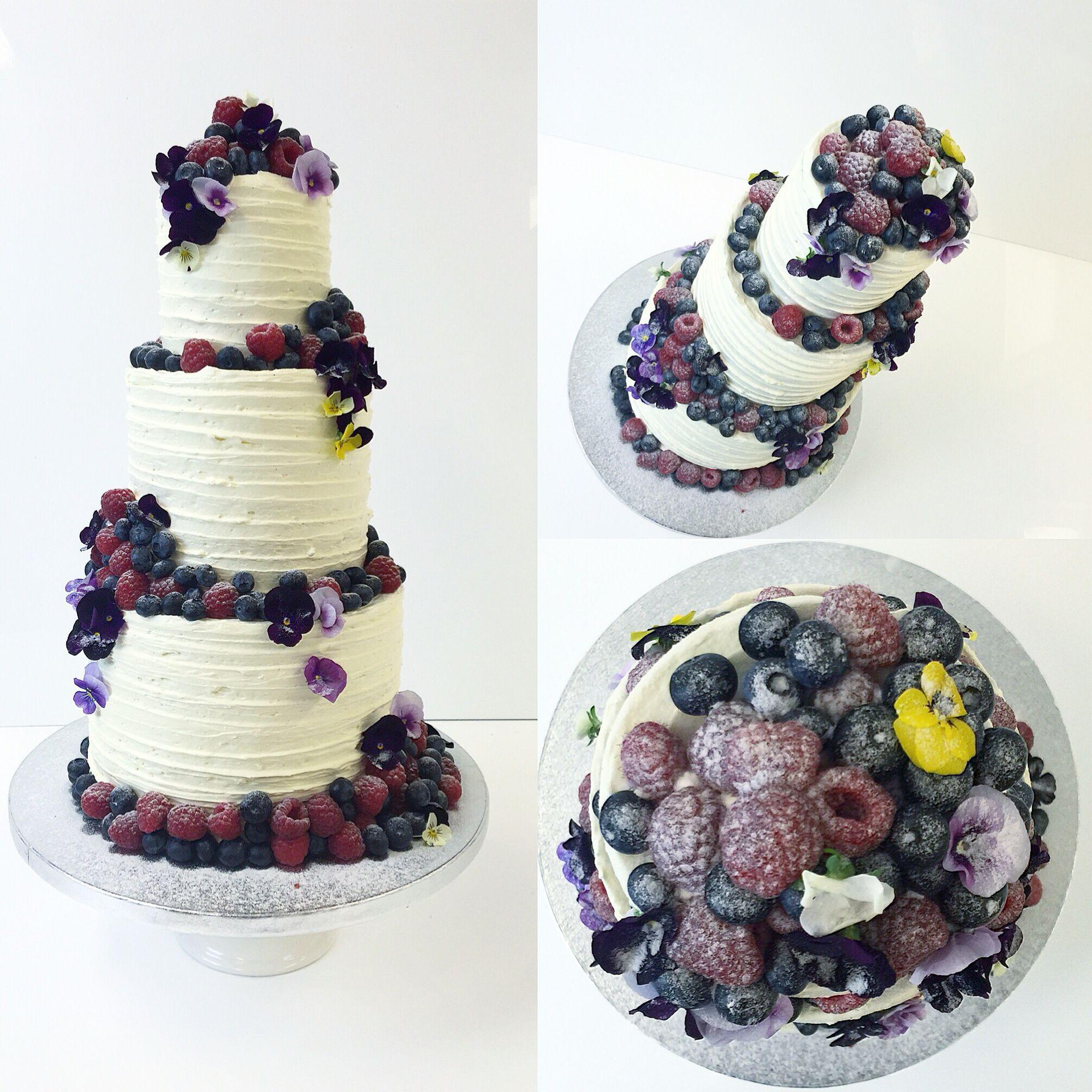 Kuningatar kreenikakku tuoreilla vadelmilla, mustikoilla ja syötävillä orvokeilla.  Buttercream cake with fresh blueberries, raspberries and violets.  #wedding #kakku #cake #häät #buttercream #kreemi #mustika #vadelma #orvokki #violet #blueberry #raspberry #food #yummy #frangipanibakery #vallila #kruununhaka #helsinki