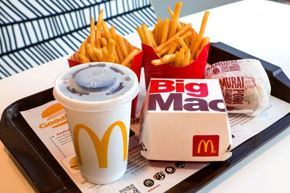 سلسلة مطاعم ماكدونالدز تعتزم دفع 26 مليون دولار لتسوية نزاع بشأن الأجور Mcdonald S Restaurant Cola Drinks Burger