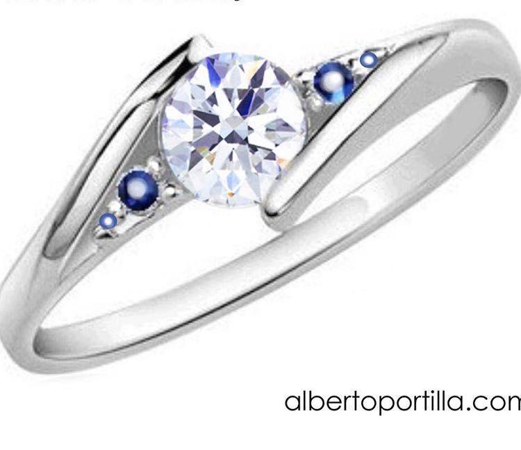 dfc326d0943f Anillo de compromiso en Oro Blanco   Diamante y zafiros.  Diseña de forma  personalizada tu anillo de compromiso
