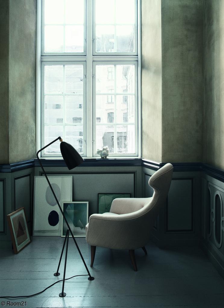 olohuone,jalkalamppu,nojatuoli,taulu,musta,lattiavalaisin