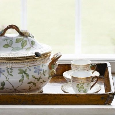 Tureen and coffee cups