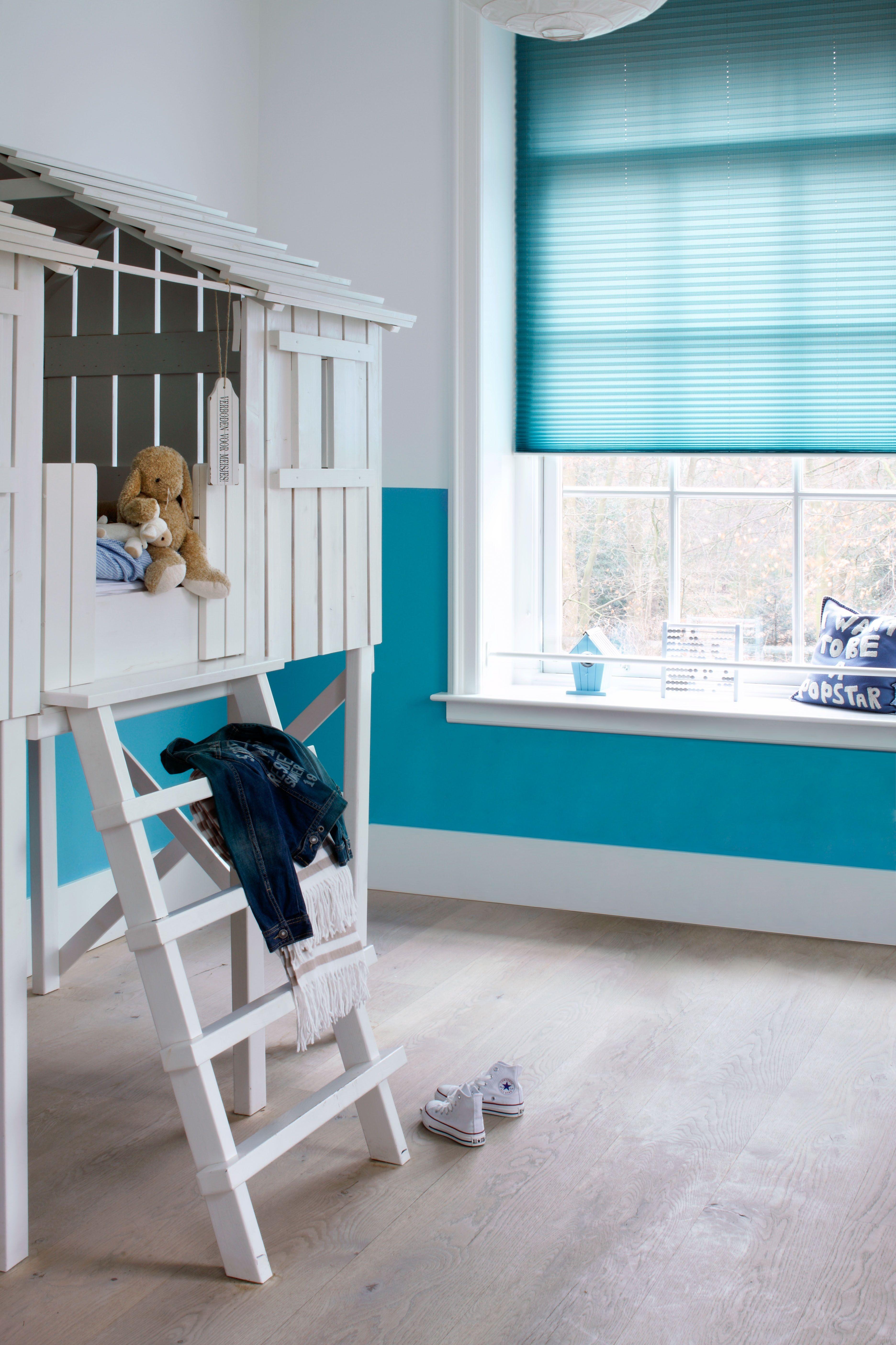 Felblauwe plisse shade in kinderkamer blauw fris trend foto ...