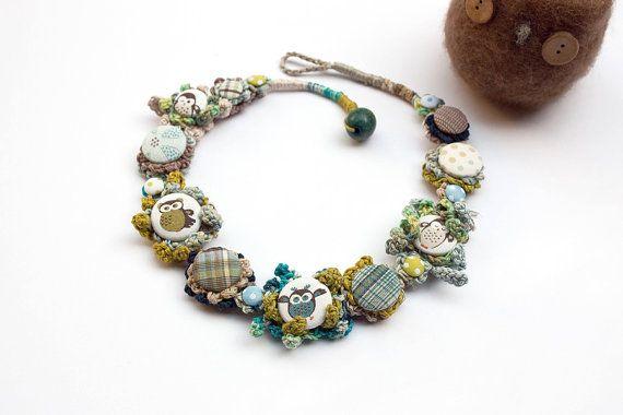 Eule Faser Halskette, mit Stoff-Buttons, Faser-Kunst-Schmuck, blau-grün-Beige, OOAK