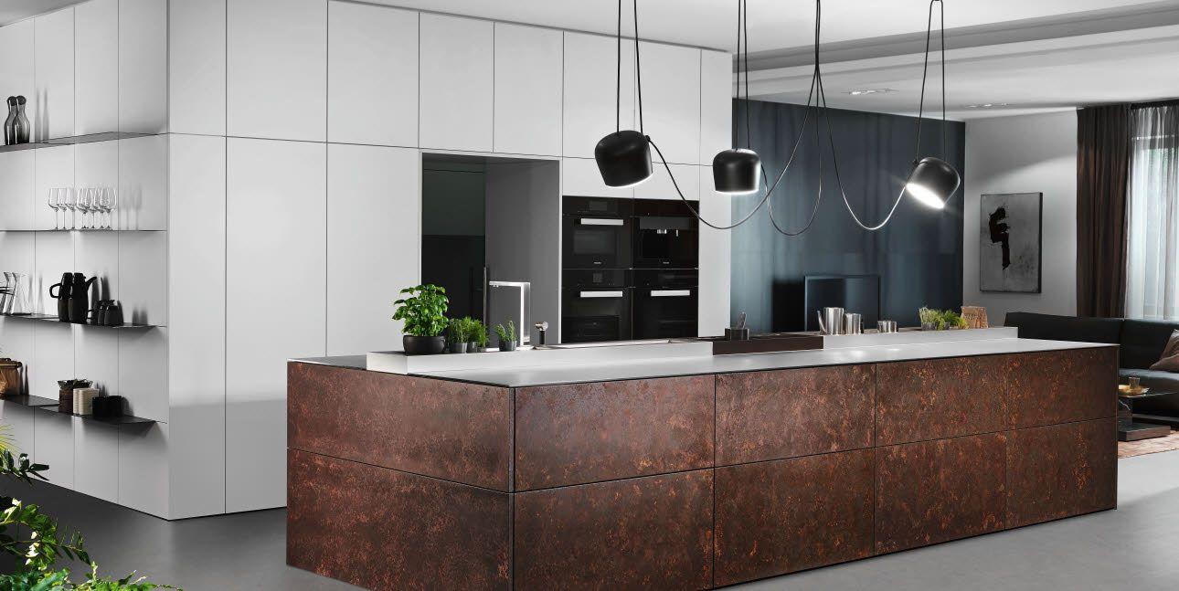 Grifflose, exklusive Küche in Corten-Stahl-Optik mit Metallic-Lack ...