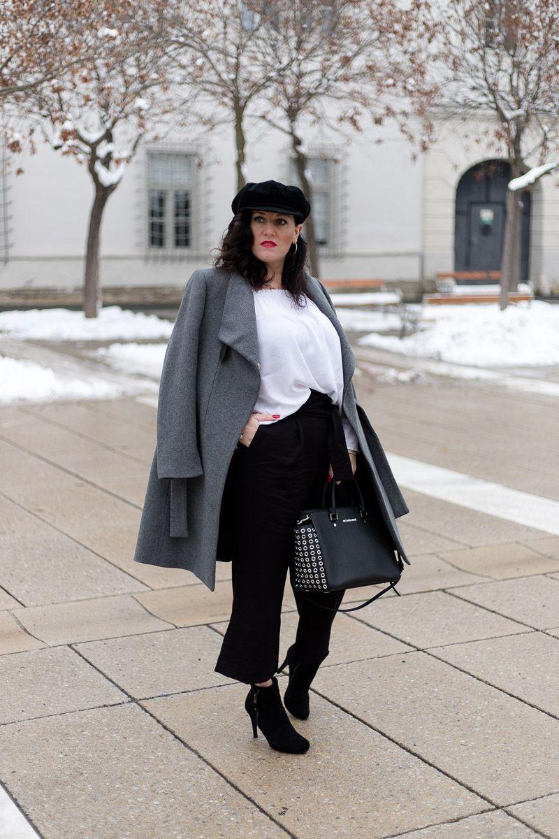Culotte mit weißer Off Shoulder Bluse und grauem Wollmantel