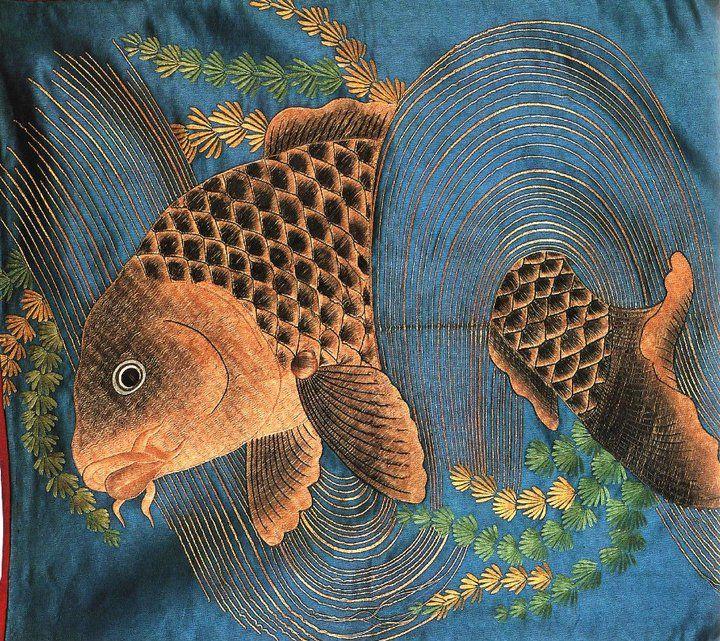 Bordado sobre seda. Japón. S. XVIII. Representa una carpa sobre un remolino de agua. Para la cultura japonesa, este pez representa la paciencia y la determinación....