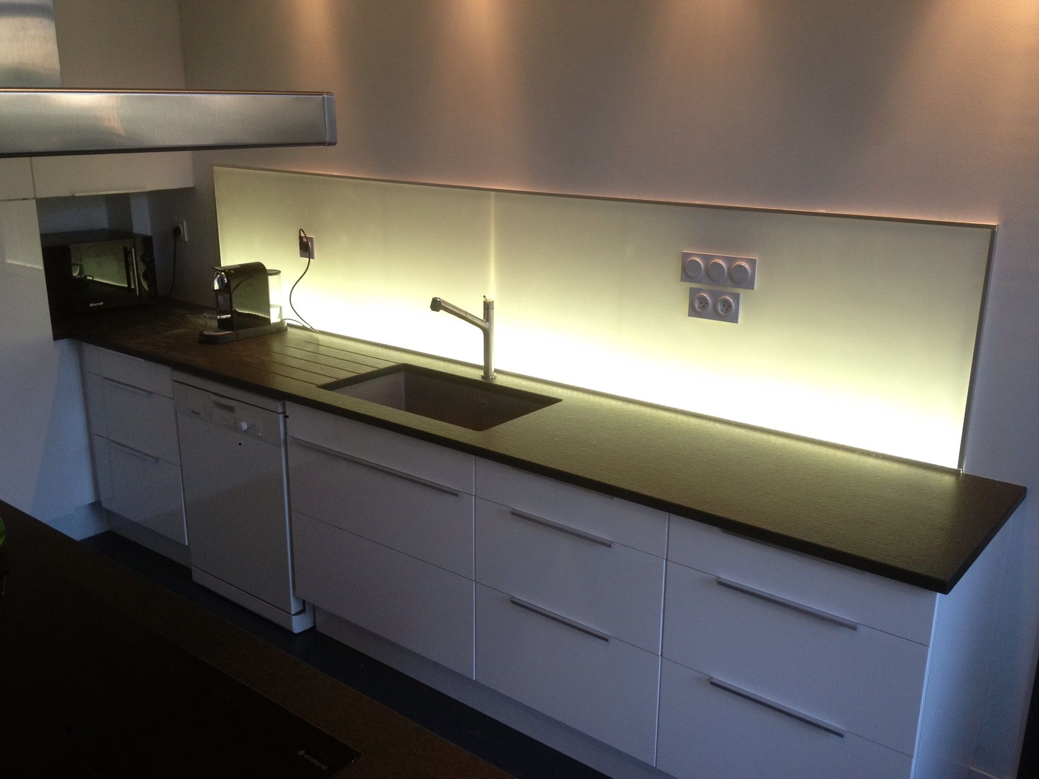 cuisine laqu e blanc cr dence lumineuse plan de travail. Black Bedroom Furniture Sets. Home Design Ideas