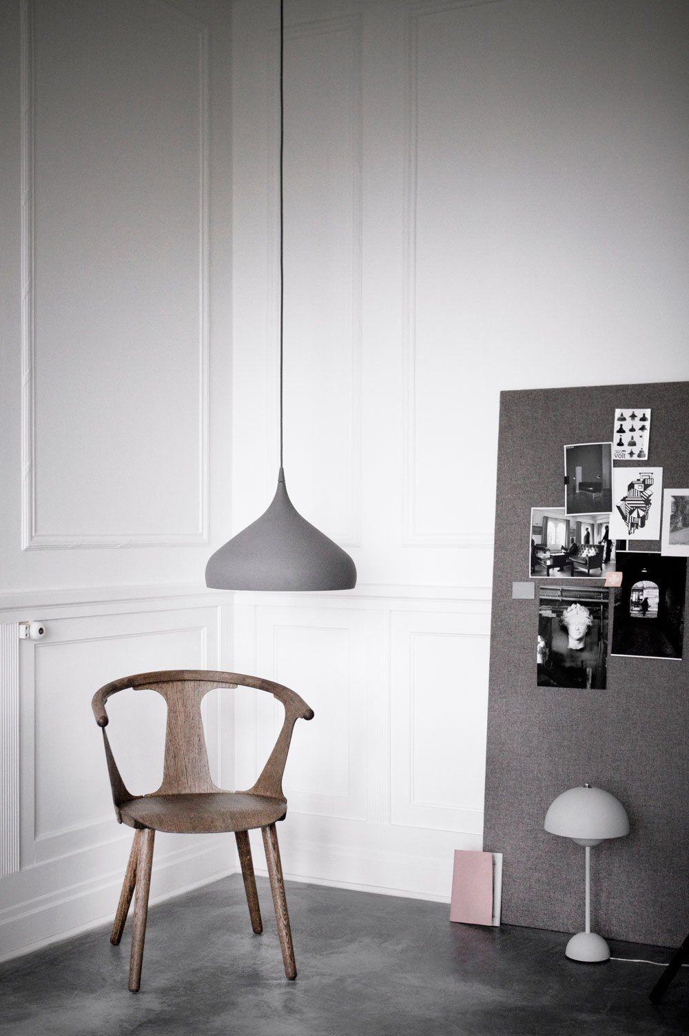 &tradition, grå lampa, brun stol, svart golv Bordslampa