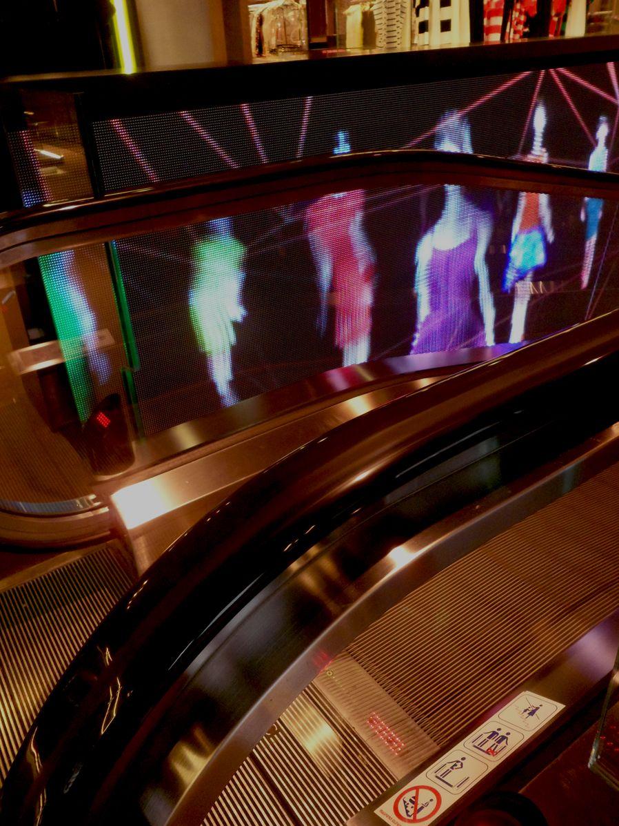 Dettaglio di una scala mobile all'interno del centro commerciale Excelsior. Milano galleria Vittorio Emanuele