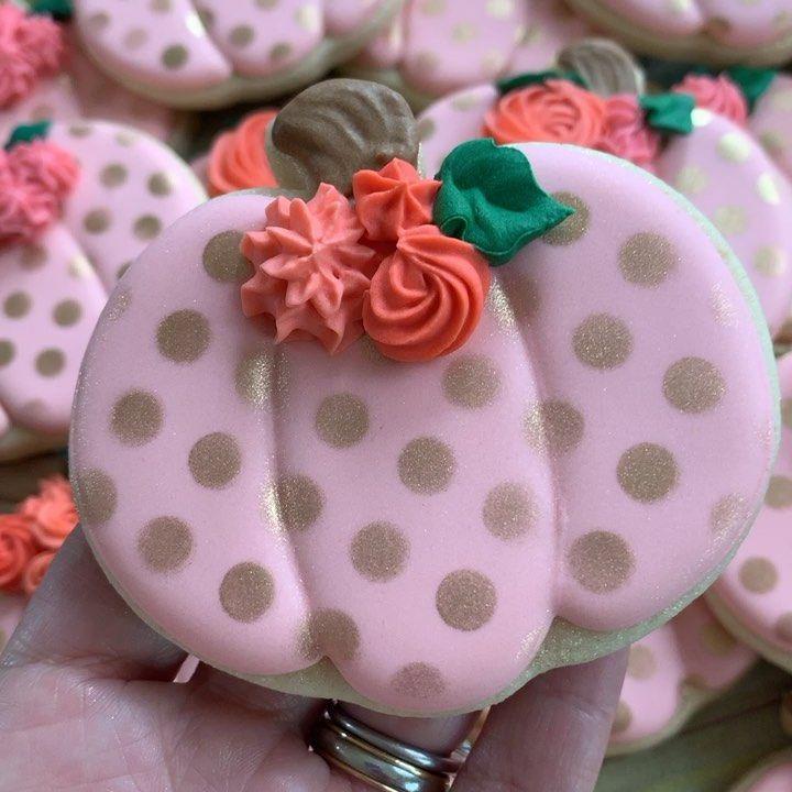 "@sweettcakes on Instagram: ""Yes, it definitely feels like fall today. #pumpkincookies #decoratedsugarcookies #decoratedsugarcookies #decoratedcookies #customcookies…"""
