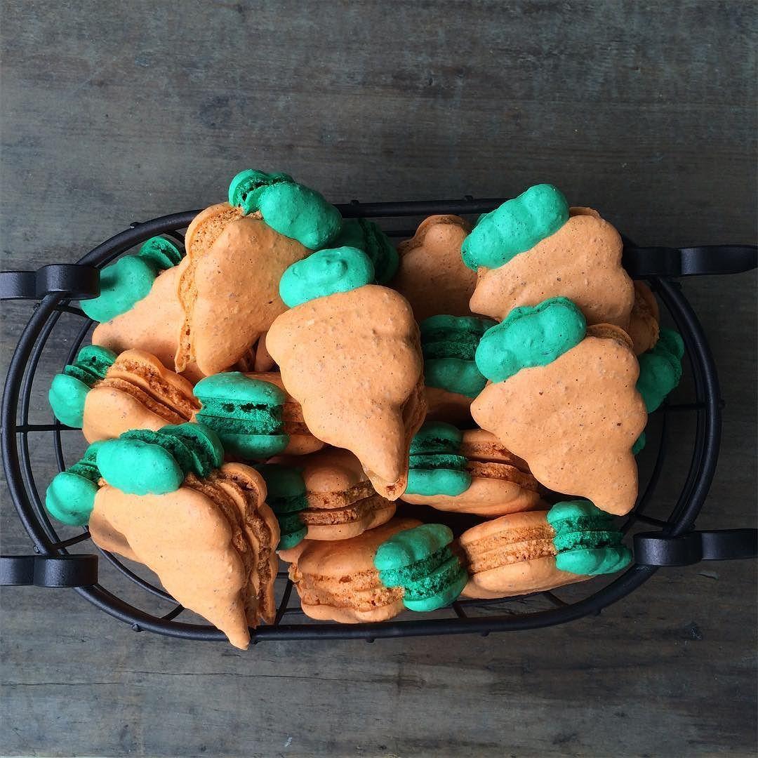 Elas estão a caminho! Cenourinhas... #pascoa2016 #maymacarons #macarons #macaronssp #macaronsdecorados #macaronspersonalizados #cenoura #nossosmacarons