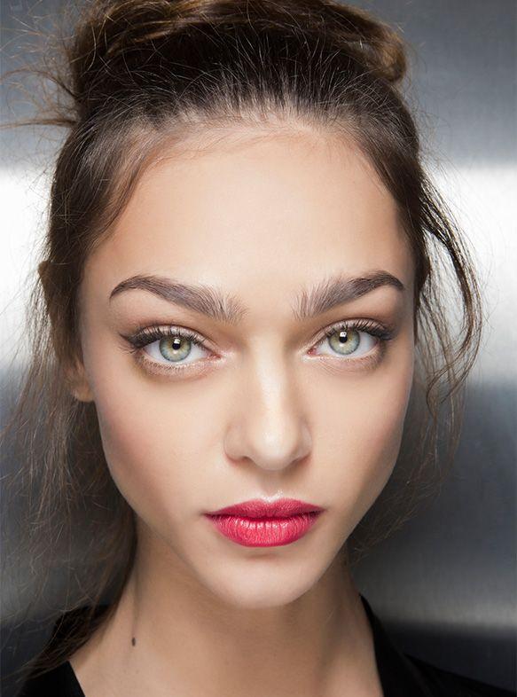 Survol des tendances maquillage qui feront rage pendant la saison chaude, paupières pop, bouche vibrante et teint éclat à louloumagazine.com!