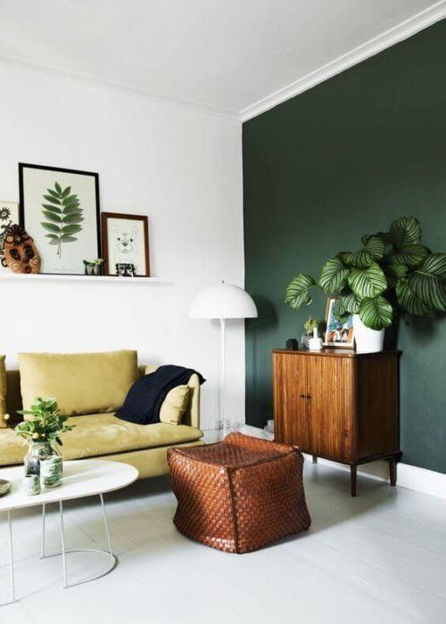 Bild an Wand oben gemustert Ohrensessel in dunkle grüne ...