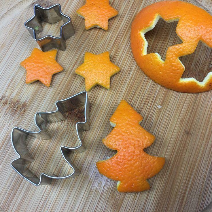 Orangenschalen ausstechen anstatt Kekse Weihnachtsdeko selber basteln #weihnachtenbastelnmitkindern