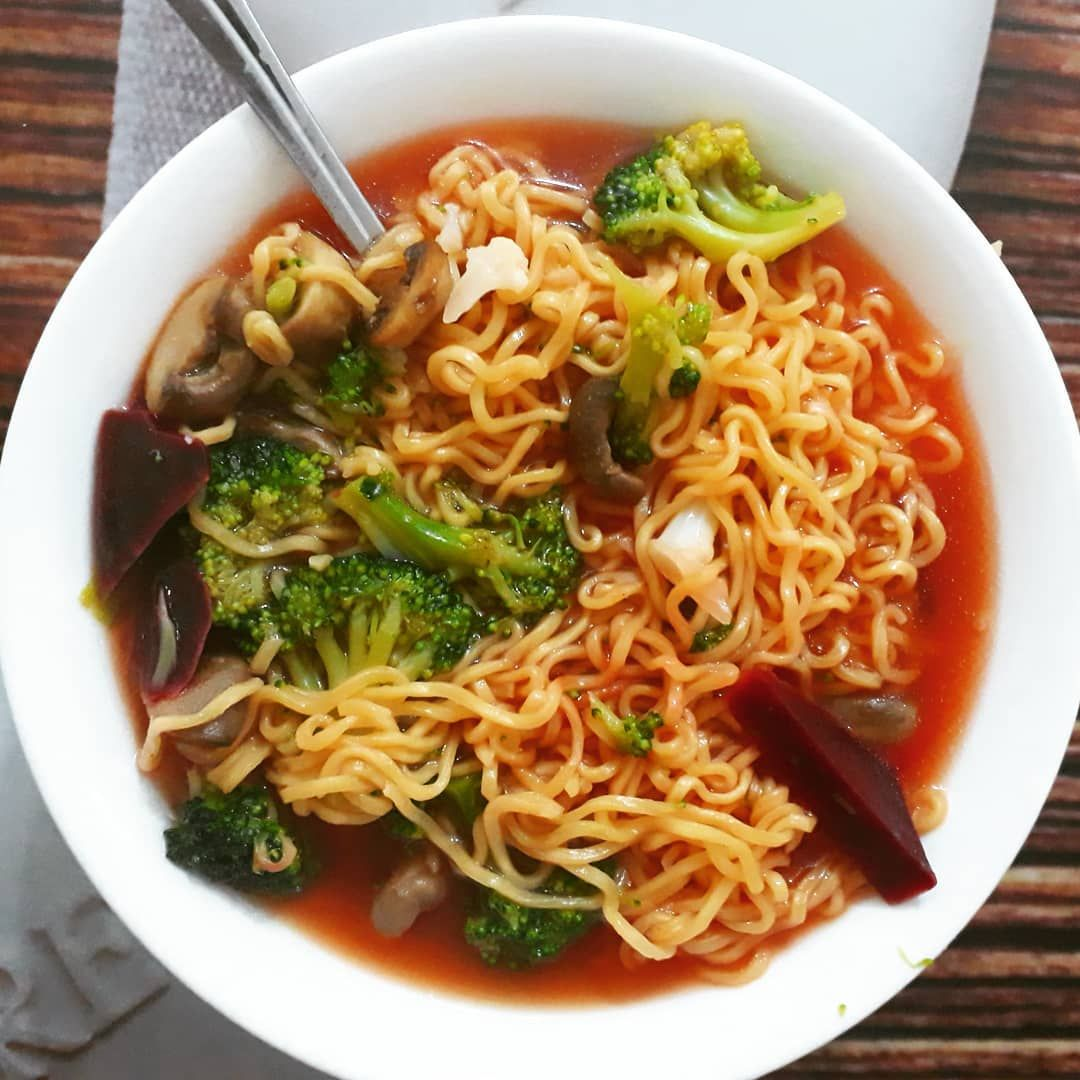 Bu sefer suyunun tadı efsaneydi😍😍  İçerisinde: Et suyu, Pancar, Mantar, Brokoli ve Karnabahar var.  .  .  .  .  .  .  #noodles #noodle #nadıl #ramen #ramennoodles #sebzelinadıl #makarna #makarnasalatası #dinner #eat #breakfast #diyet #diyetyemekleri #diet #dietfood #foodphotography #foodbowl #foodblogger #instafood #foodstagram #pasta #healthylifestyle #healthyfood #green #greenbowl #bowl