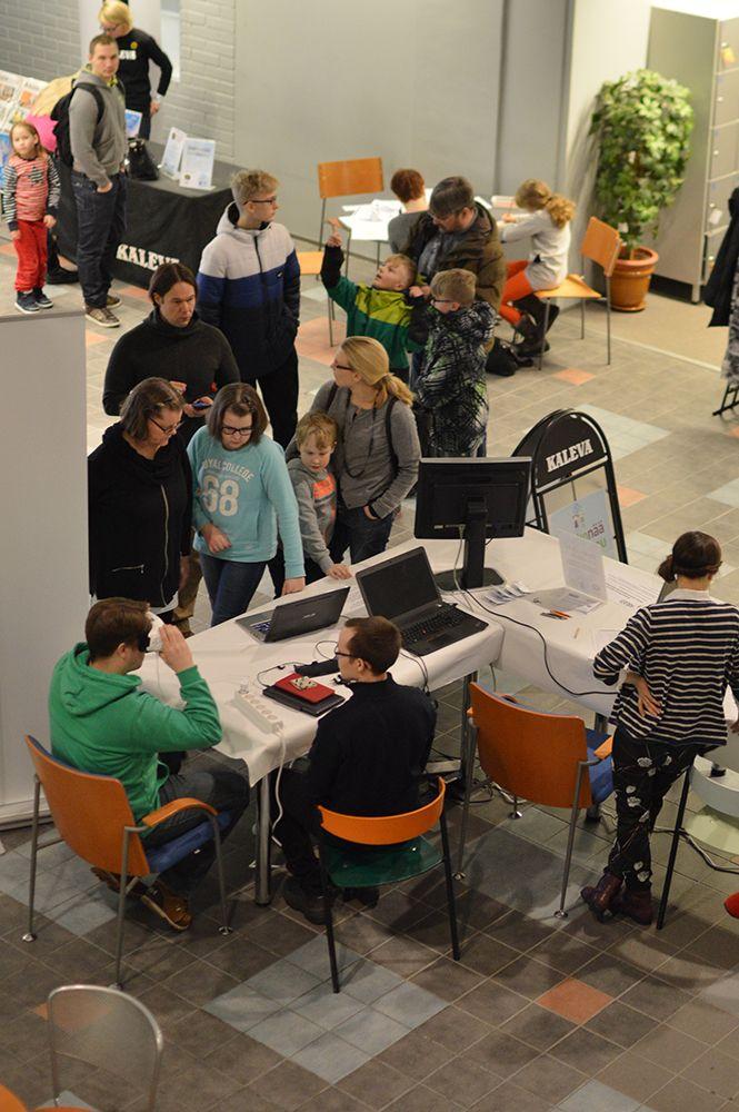 Välillä eri esittelypisteille oli ruuhkaa. Erityisesti keinotodellisuus kiinnosti vierailijoita. Luuppi, Oulu (Finland)