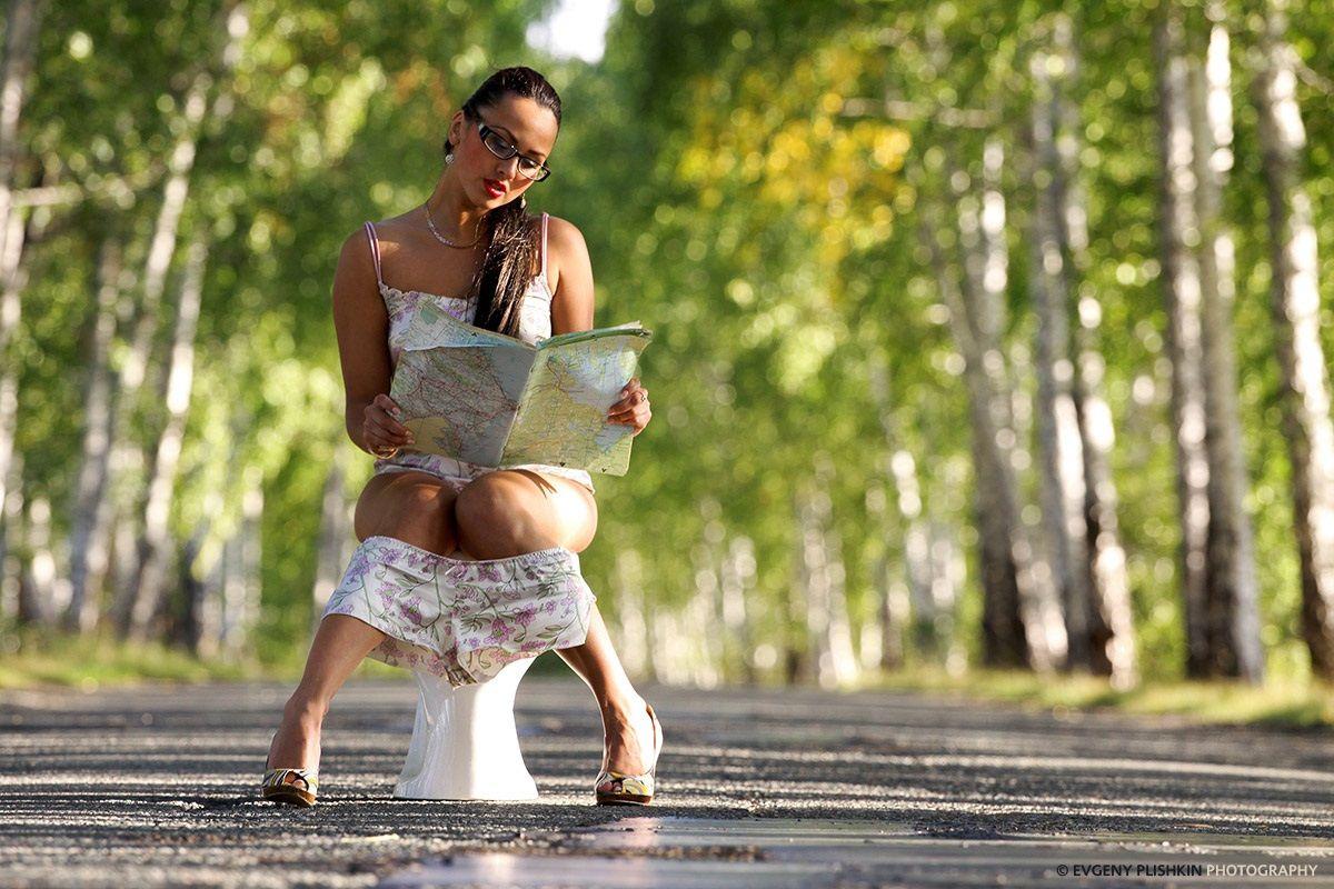 Женщина гуляет и писает, под юбкой вид снизу видео