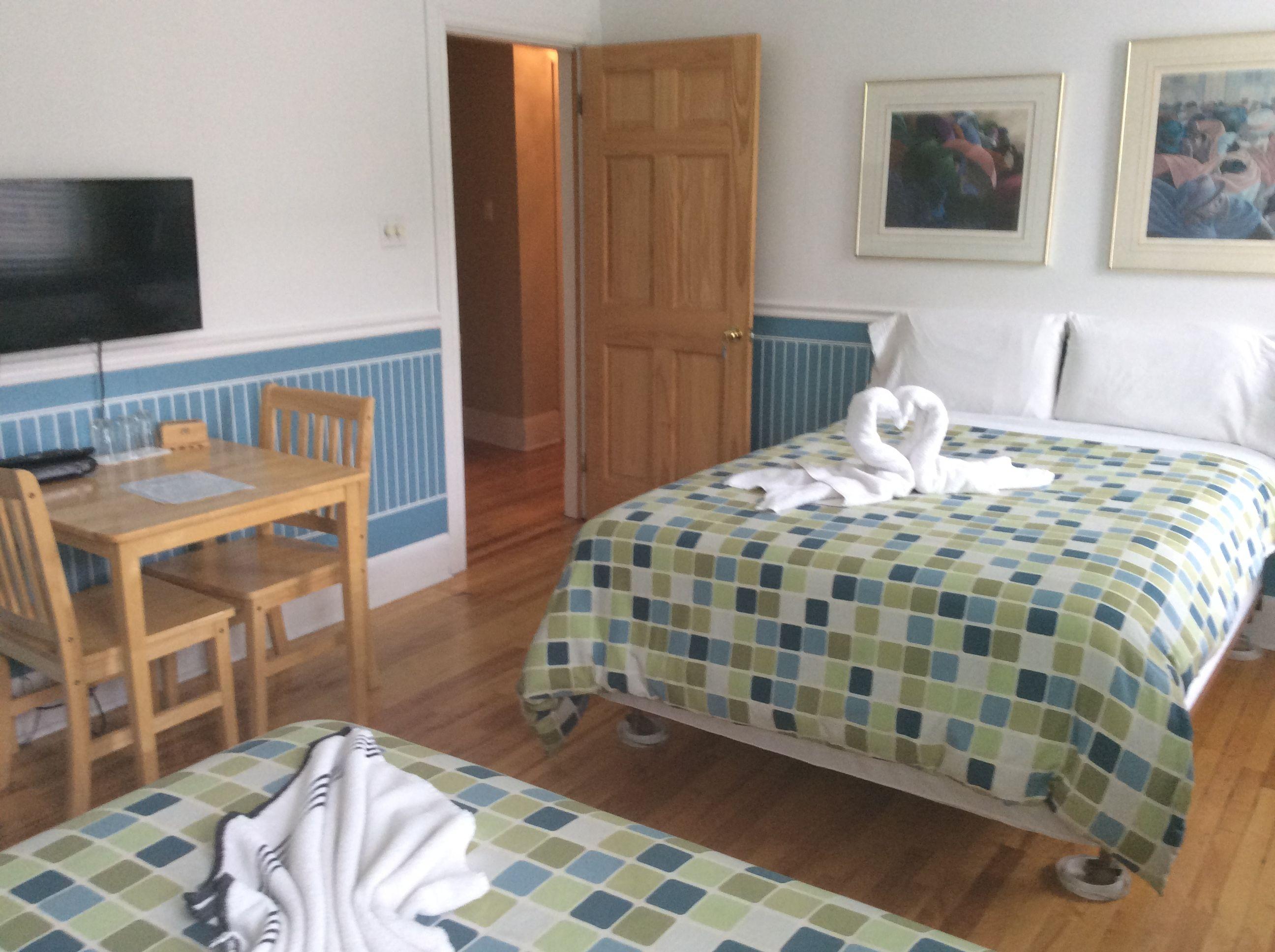 Chambre spacieuse avec deux lits doubles, la tv pour un total maximum de 4 personnes au Couette & Café À la Québécoise 418-529-2013
