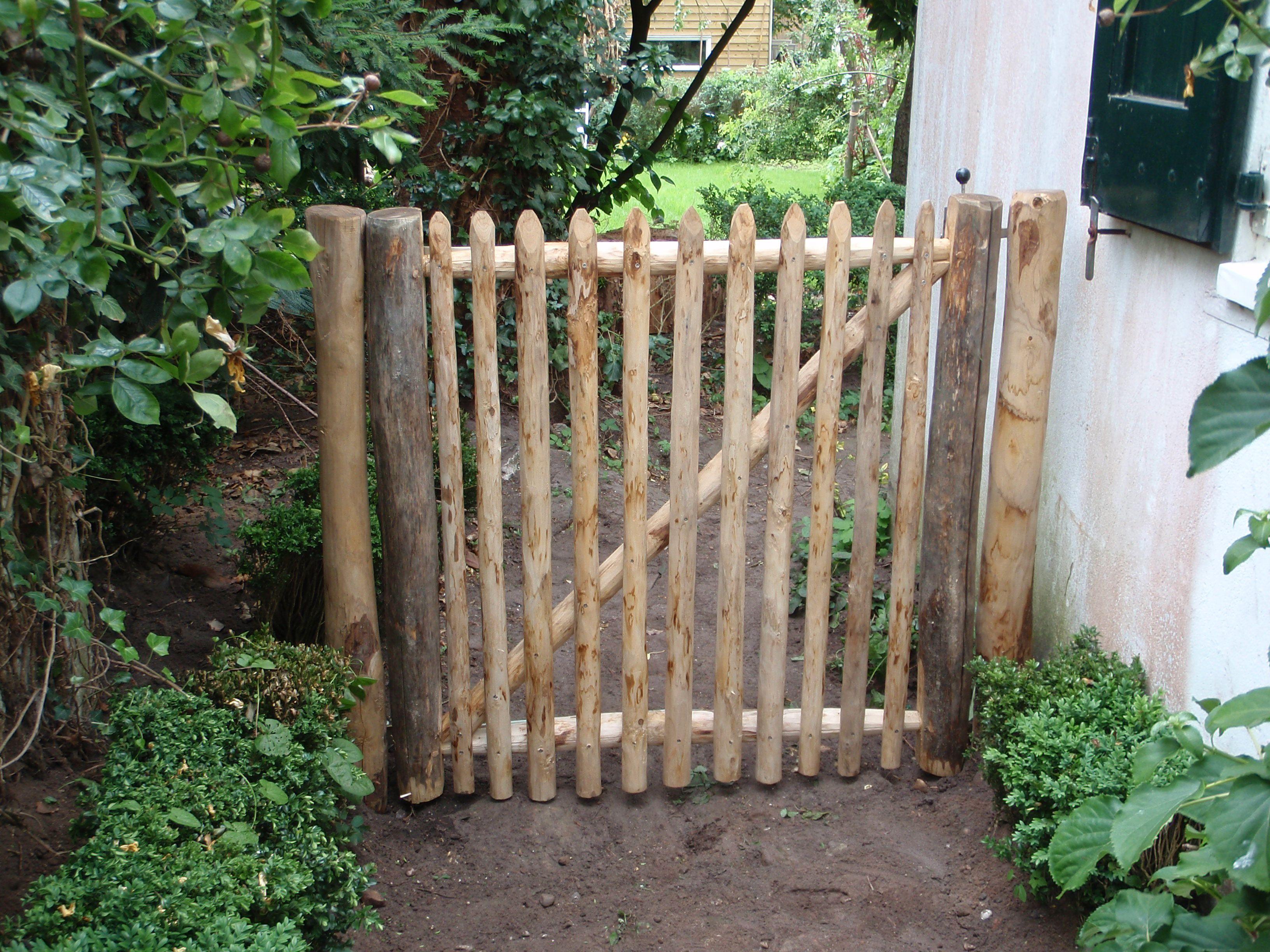 Kastanje hekwerk poort, prachtige nostalgische sfeer, hekje, tuin ...