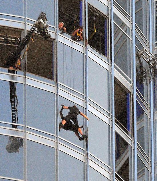 Tom Cruiseethan Hunt Climbing Burj Khalifa On Missionimpossible