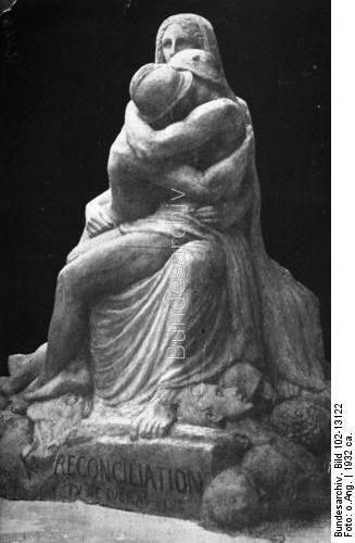 Zum Volkstrauertag am 21. Februar 1932 ! Ein Denkmal der Völkerversöhnung ! Der Denkmals-Entwurf stammt von dem französischen Bildhauer Emile Derré und zeigt einen deutschen und einen französischen Krieger im Schosse der Friedensgöttin.