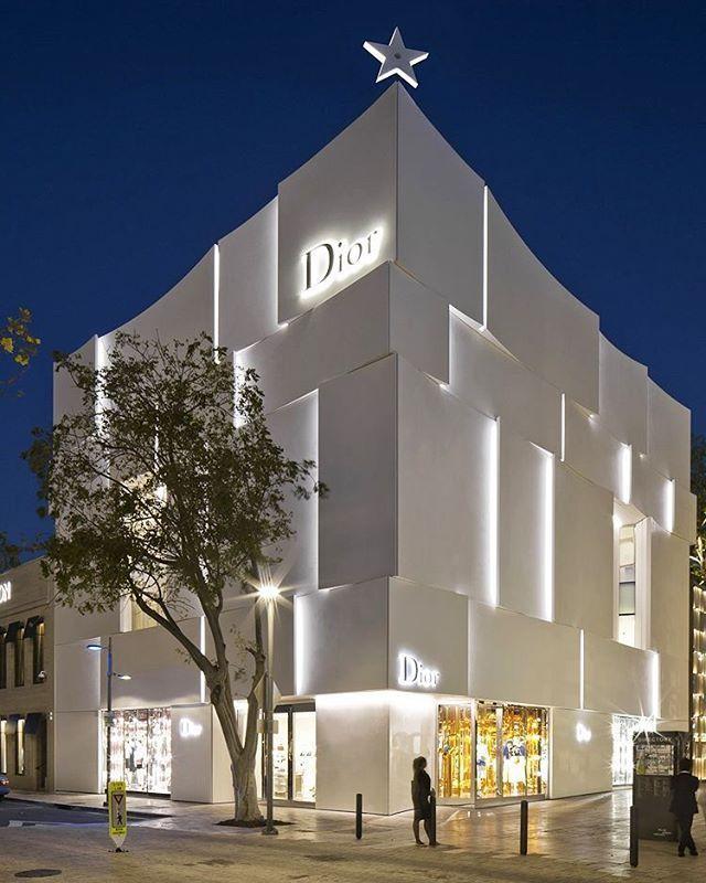Winkelpui Crowned With Diorstar As A Symbol Of Good Luck From Monsieur Dior Gewerbearchitektur Fassadengestaltung Architekturmodell
