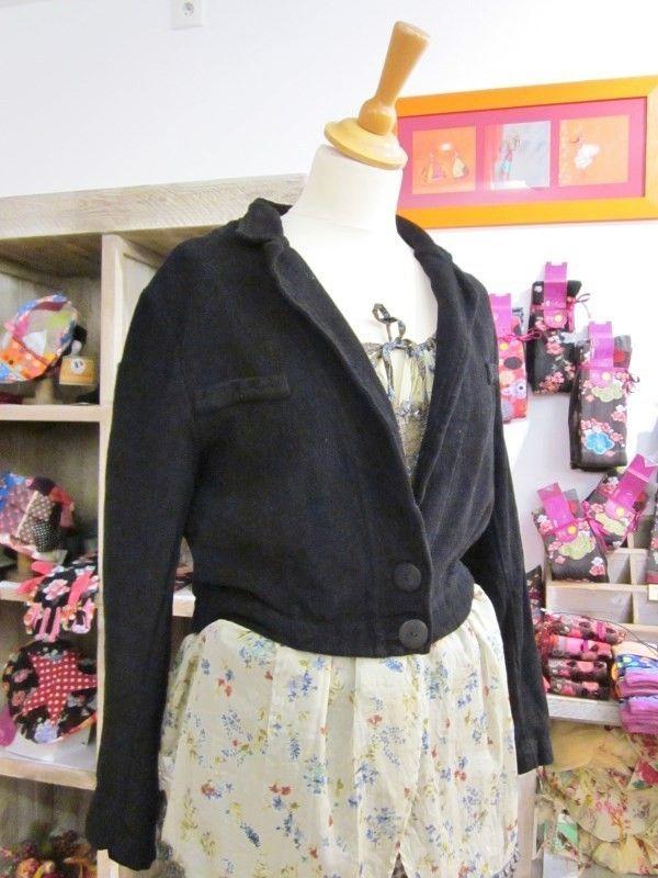Coupe coupe et cintrée adaptée aux grandes tailles, cette petite veste noire Grizas est en coton majoritaire et à un bel aspect comme un velours rastout doux;  Matière de qualité.  Encolure féminine elle est indispensable et idéale en toute saison