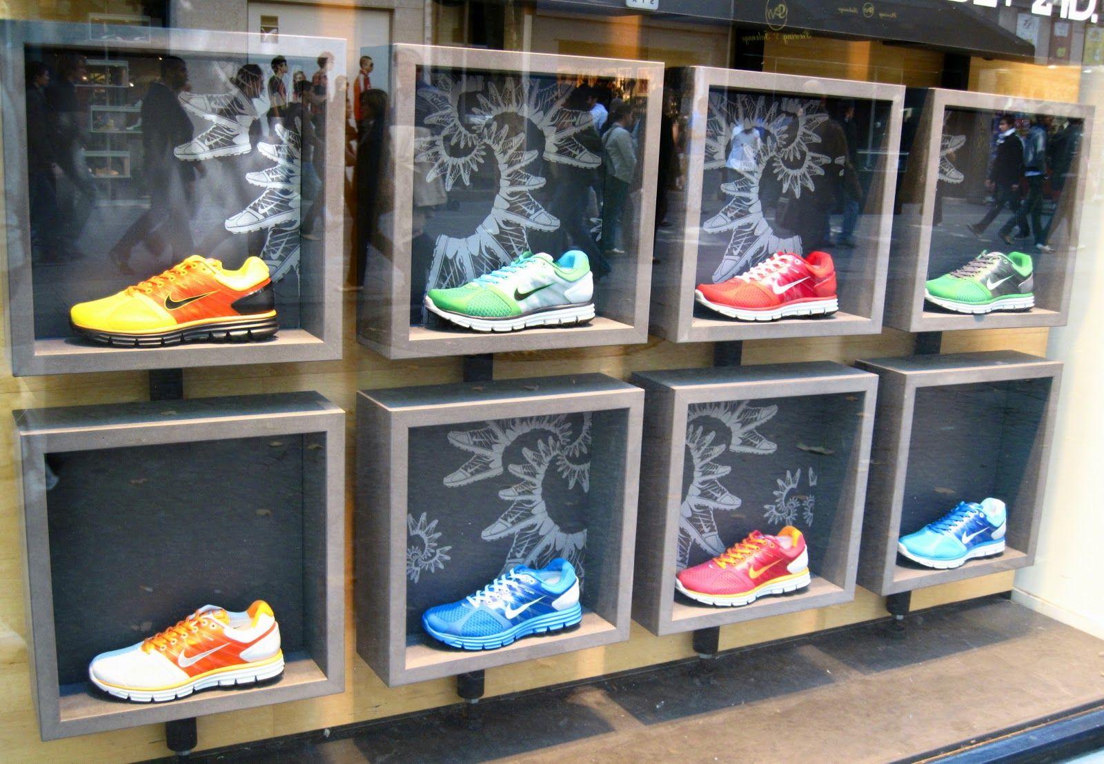 Pin De Edita En Anthro Storefronts Merch Ideas Vitrinas De Tienda Exhibicion Del Zapato Exhibicion De Producto