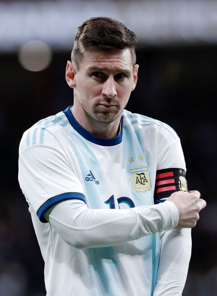 Madrid Spain March 22 Lionel Messi Of Argentina Adjusts His Captain Armband Ahead Of The International Friendly Match Be Lionel Messi Messi Argentina Messi
