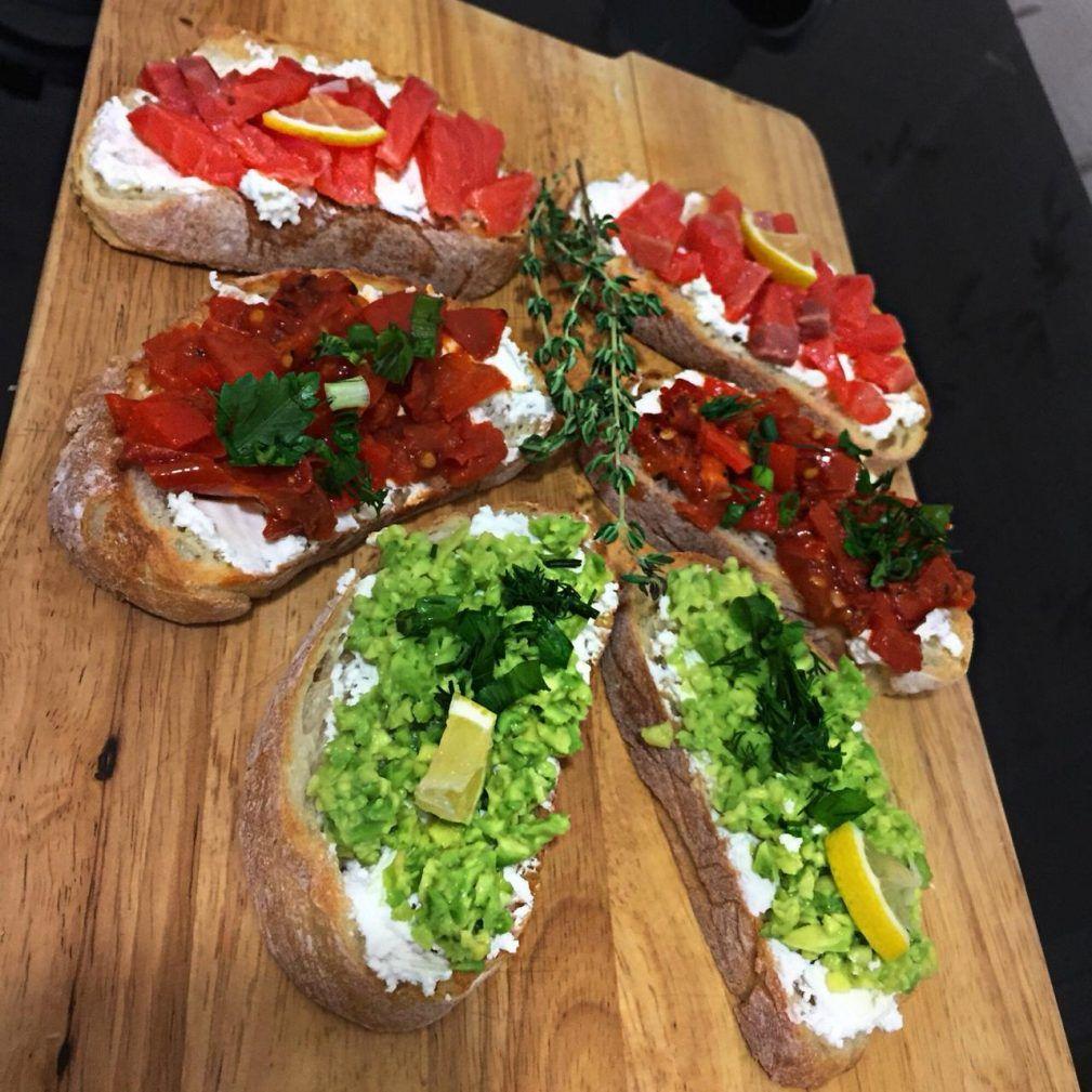 Брускетта с лососем, помидорами и авокадо | Рецепт ...