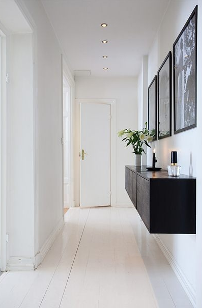 Amazing ... Tables, Shelves, Etc Are Clever Ways To Make Spaces Feel Less  Cluttered. Black And White Hallway. Schwarz Weiß Flur Mit Einem Schwebenden  Sideboard.