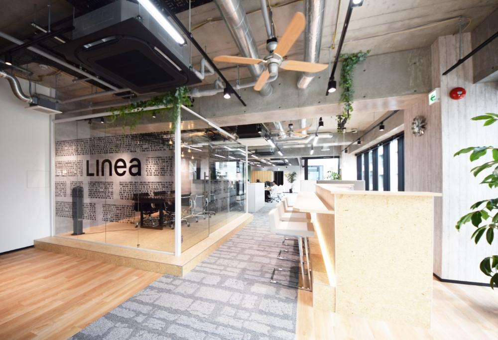 ガラスに囲われた会議室 スケルトン天井で開放感溢れるオフィス デザイナーズオフィスのヴィス オフィスデザイン