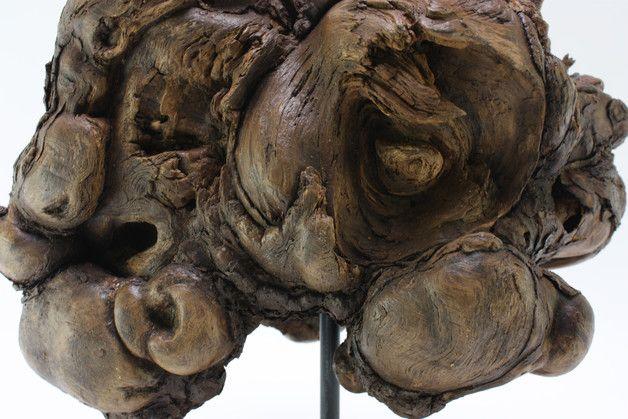 Skulptur aus einem Stammauswuchs, wie der Zerfallsprozess sie geschaffen hat. Künstlerisch bearbeitet, die Oberflächen konserviert und auf einem Metallstativ montiert. Die wechselnden Farben,...