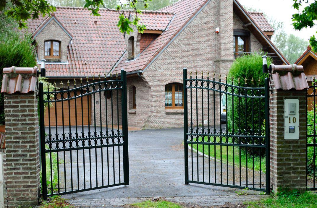 Portones abatibles de hierro con barrotes para uso for Puertas de entrada de hierro