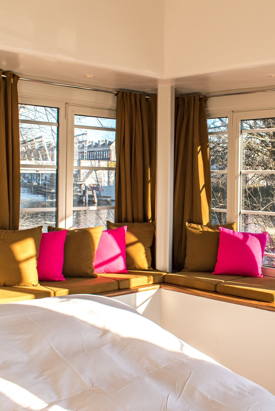 Get snug in the windowsills of newly opened bridge house 303-Willemsbrug! Watch the boats go by, drink a coffee and browse through our Neighbourhood Guide. Just don't forget to actually go out and explore Amsterdam!  #sweetshotel #willemsbrug #amsterdam #hotel #hotels #amsterdamwest #oudwest #haarlemmerpoort #westerpark #windowsills #windowsill #snug #cosy #interior #hotelroom #guide #cityguide #unique #unusual #places #stays #hoteliers #bridgehouse #bridge #tiny #house #dispersed #deconstructed