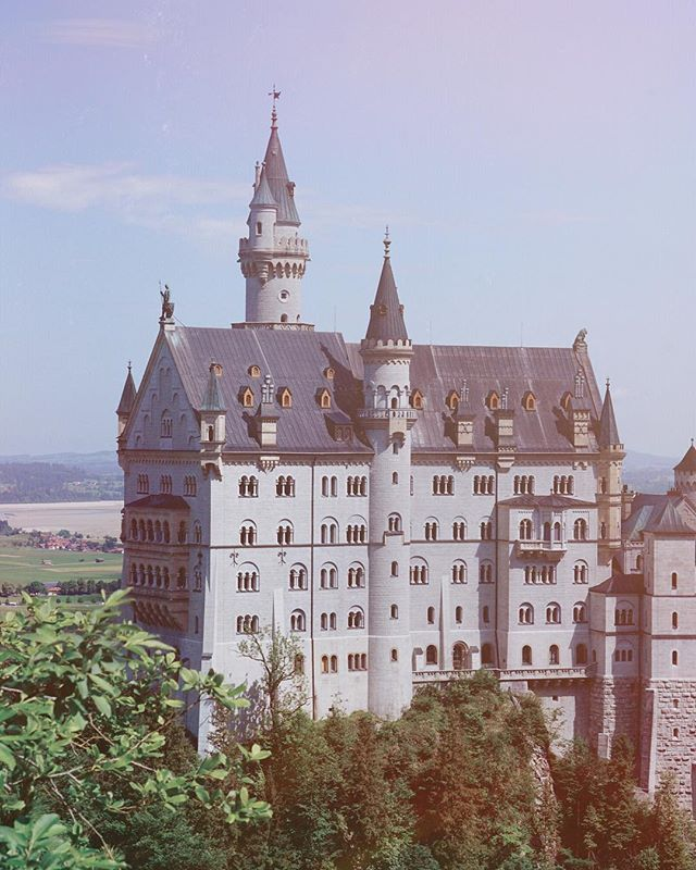 Schloss Neuschwanstein Ludwig Ii Comissioned The Construction Of This Fairy Tale Castle He Was Quite A Char Fairytale Castle Schloss Neuschwanstein River Walk