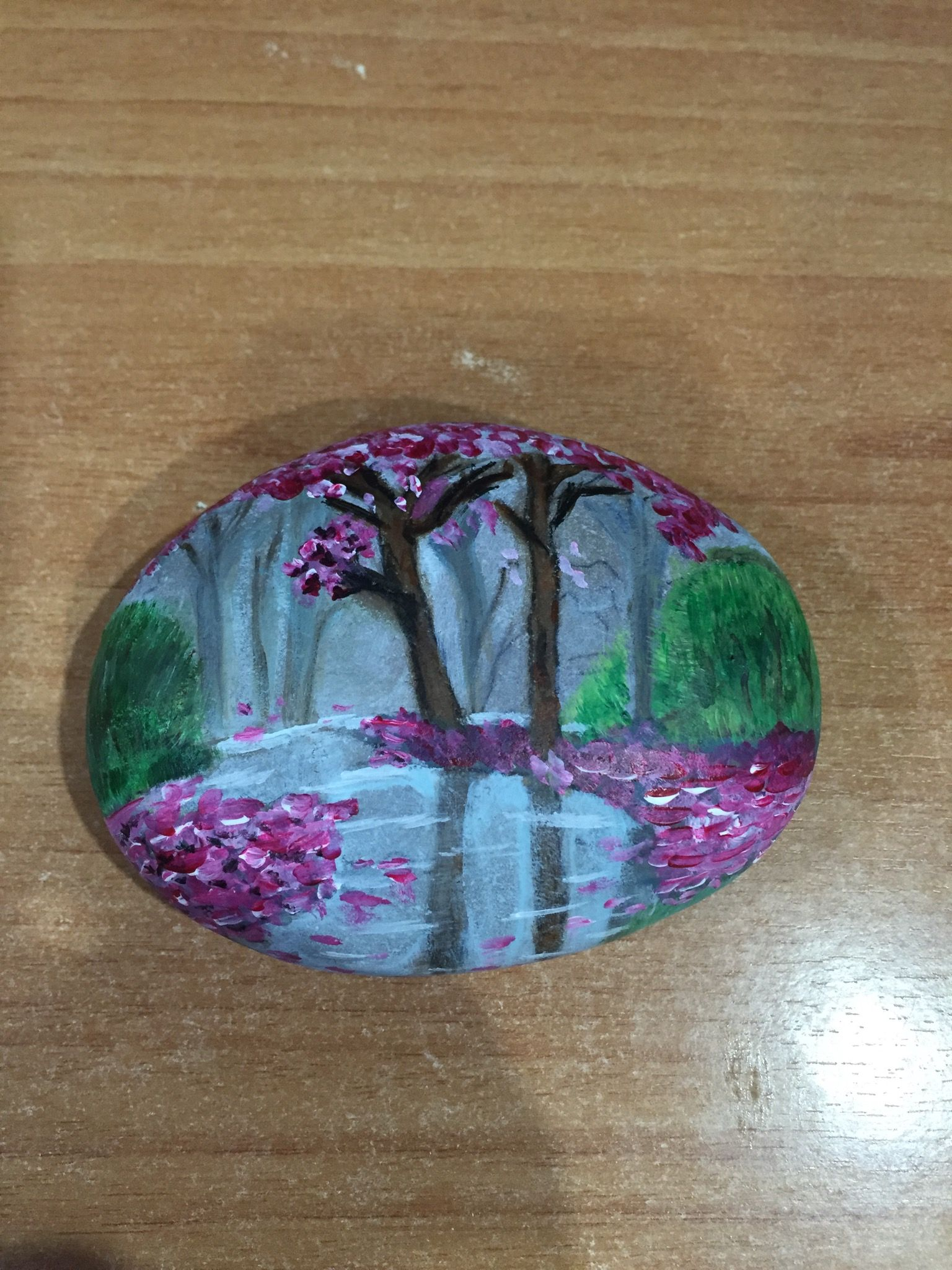 Piedra de playa pintada con paisaje, con pintura acrílica ...