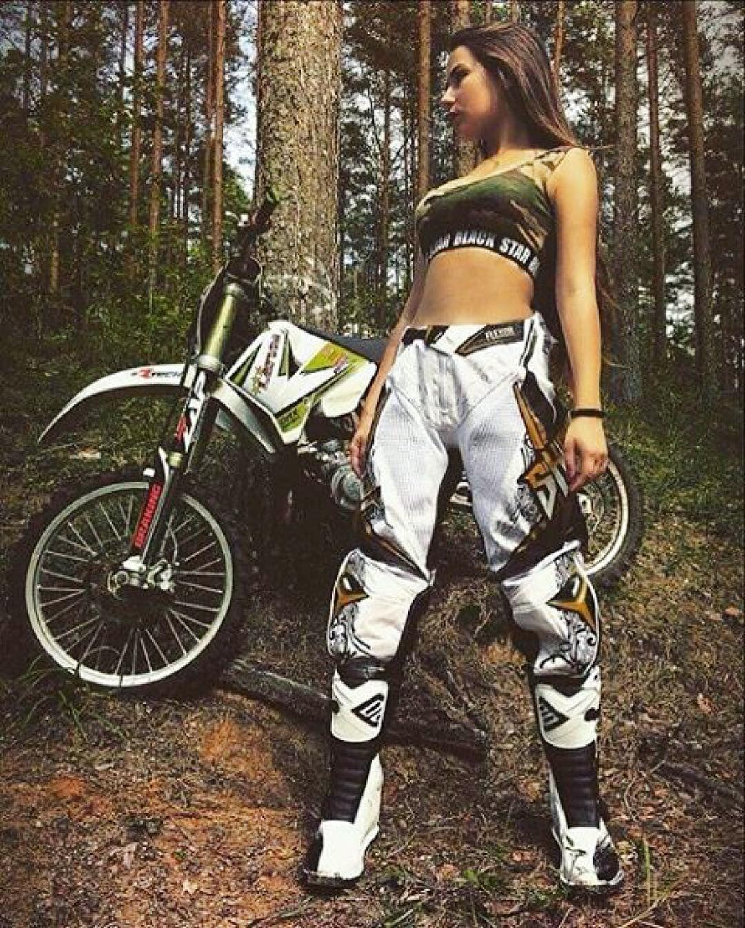 Välittömästi täällä ruudun toisella puolella meni toinen polvi maahan ja löytyi sormus taskusta. #motocross #motocrossgirl #mxgirl #marryme