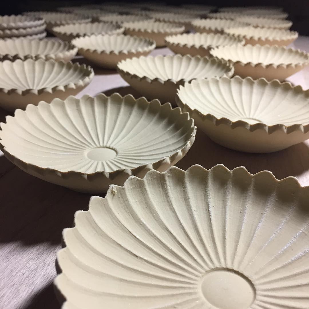 少しずつ暖かくなって来ました 春の訪れを感じながら 花粉症が本格化するのを恐れている今日この頃 できれば花粉症は卒業したいのですが まずは仕事場から花を咲かせました 菊花4寸皿 It Is A Dish Of Chrysanthemum Flower Pottery Ceramic Art Clay