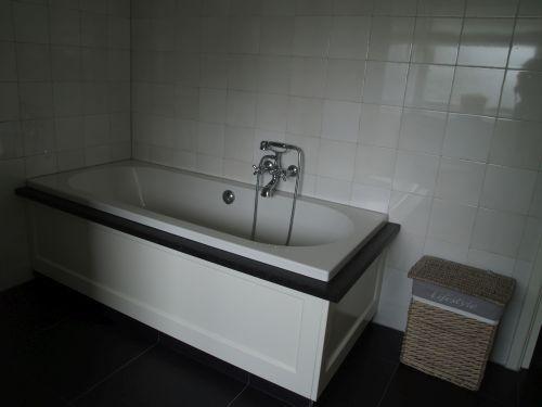 Vri interieur landelijke badkamer. bad ombouw met houten panelen en