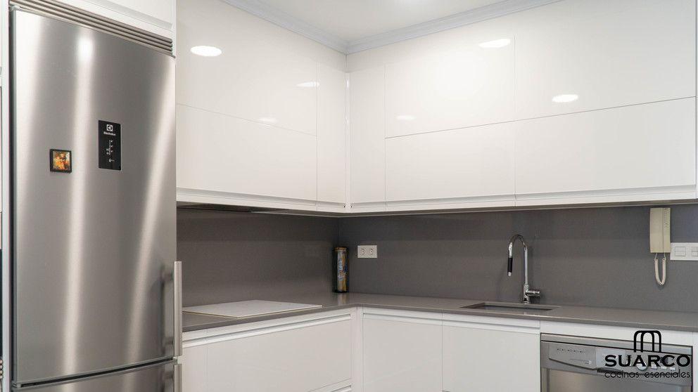 Cocina Blanca Moderna En Forma De L Cocinas Suarco Cocinas Pequenas Modernas Cocinas Pequenas Cocinas Blancas Modernas