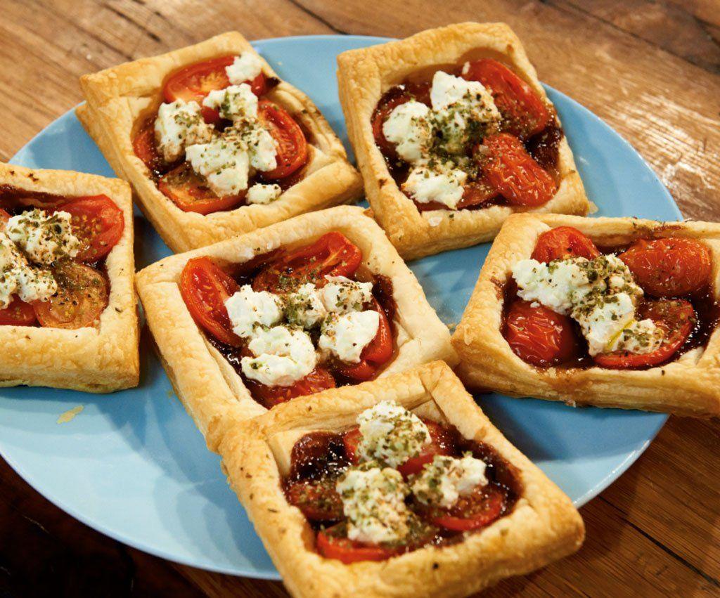 Rezept für Tomaten-Ziegenkäse-Tarte bei Essen und Trinken. Ein Rezept für 6 Personen. Und weitere Rezepte in den Kategorien Gemüse, Käseprodukte, Kräuter, Milch + Milchprodukte, Vorspeise, Party, Brunch / Frühstück, Fingerfood / Snack, Pikante Kuchen / Pizza, Backen, Einfach, Gut vorzubereiten, Schnell, Vegetarisch.