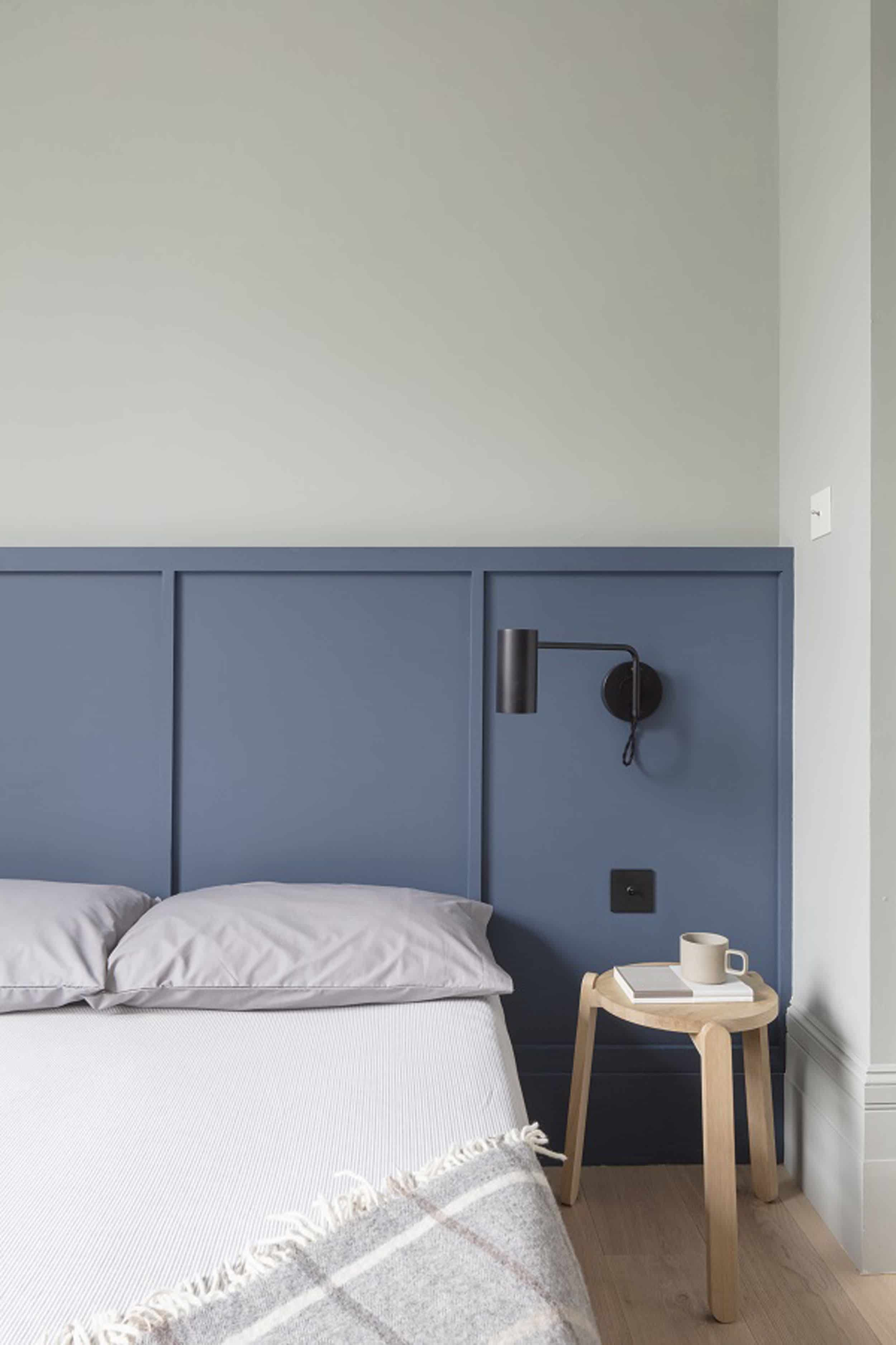 The Headboard Sconce Might Be Our Favorite Hotel Inspired Small Bedroom Hack Emily Henderson Small Bedroom Hacks Bedroom Hacks Small Bedroom