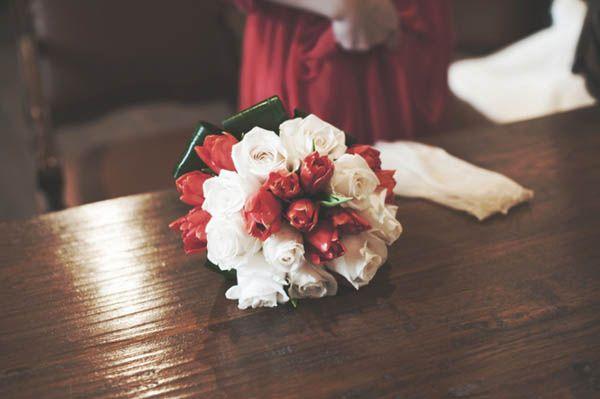 Un abito da sposa rosso per un matrimonio invernale: Elena e Filippo