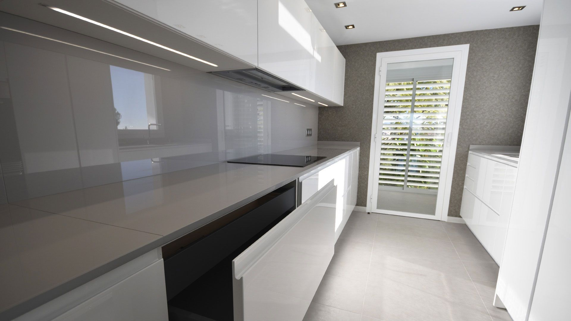 Cocina Moderna Muebles Lacados En Blanco Alto Brillo Con Unero Integrado Encimera Y Aplacado Dekton Col Decoracion De Unas Minimalismo Decoracion Casa Estilo