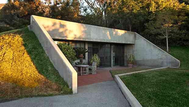 Earth sheltered homes outlined mountainside or hillside for Berm home