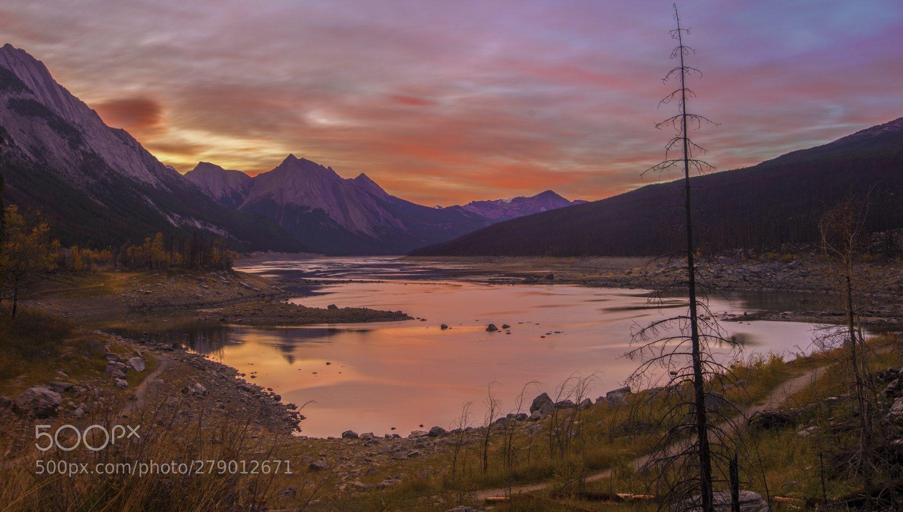 Rocky Mountain Sunrise Rocky Mountain Sunrise Near Jasper In The Canadian Rocky Mountains With Images Sunrise Lake Medicine Lake Maligne Lake